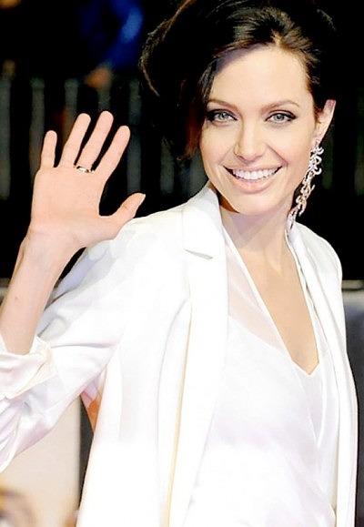 Анджелина Джоли появлялись на публике с одной крупной серьгой в ухе