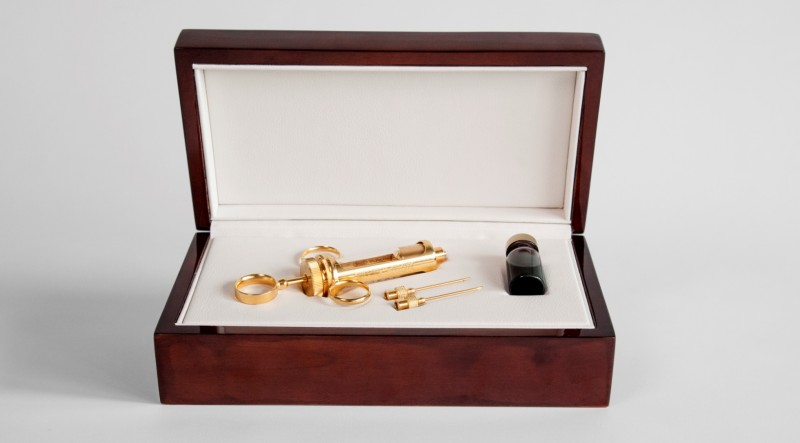Набор для «лечения» от жадности предлагается в красивой деревянной коробке