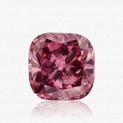 1,08-каратный яркий сиренево-розовый бриллиант огранки «кушон» с сертификатом GIA, стоимость сообщается заинтересованным в покупке.