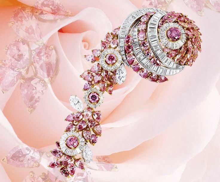 Фото из книги Dream of Diamonds. Колье Mouawad из белого и розового золота с отстегивающейся брошью: бесцветные бриллианты общим весом 48,99 карата и розовые бриллианты на 22,9 карата