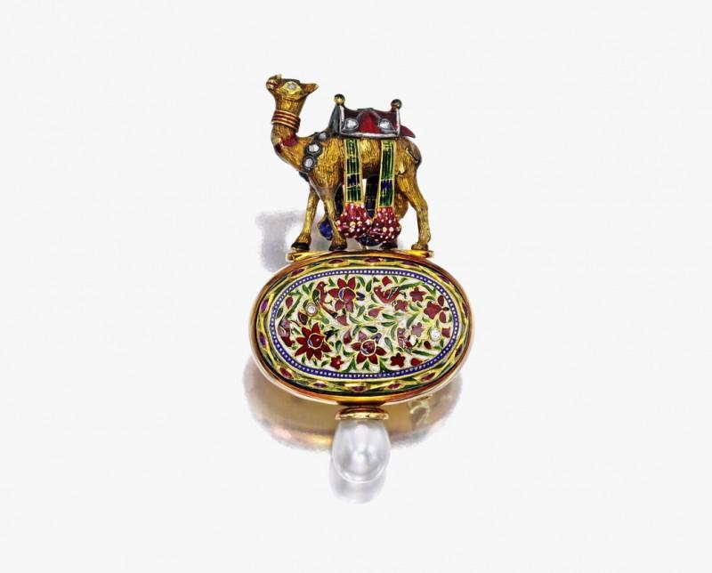 Брошь с жемчугом, бриллиантами и эмалью от Elizabeth Gage, 1990 год. Продана за 23 750 долларов