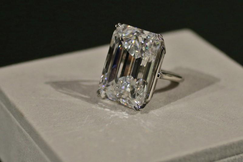 100-каратный бриллиант остается совершенным даже под очень сильным увеличением и пристальным изучением
