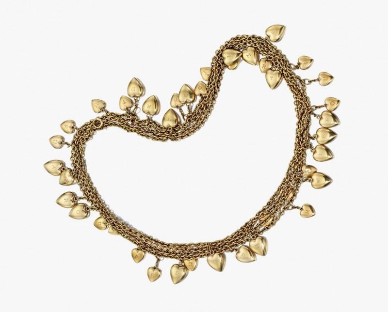 Колье из переплетенных цепочек с небольшими сердечками от Tiffany & Co. Продано за 52000 долларов.