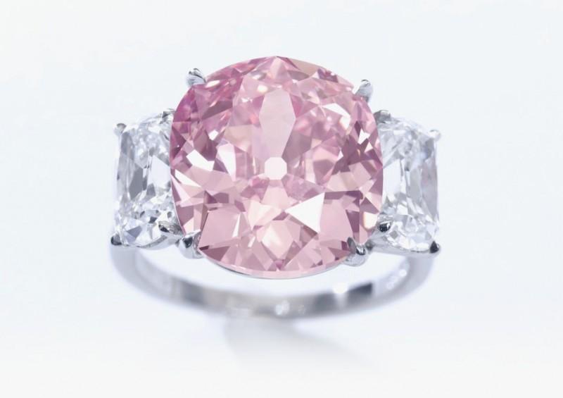 Бриллиант Historic Pink, прекрасный яркий розовый бриллиант в огранке «Кушон» весом 8.72 карата, предположительно принадлежавший принцессе Матильде, племяннице Наполеона (примерная стоимость: 14-18 миллионов долларов).