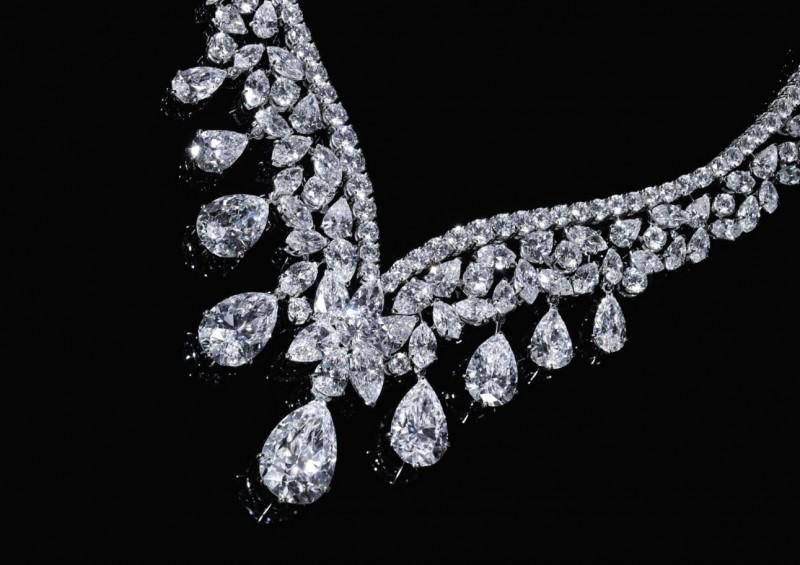 Бриллиантовое колье от Cartier общим весом 190 карат (примерная стоимость: 6-10 миллионов долларов).