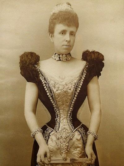 Эрцгерцогиня Мария Кристина в платье, украшенном корсажной брошью