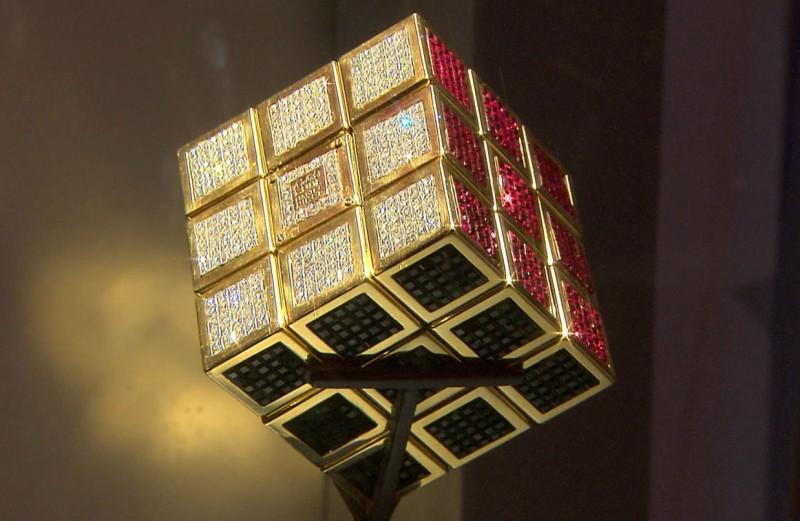 Фото золотого кубика Рубика