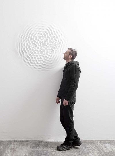 Лорис Цечини и его произведения из инсталяции Wallwave Vibration