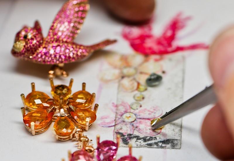 Процесс создания пары серег, вдохновленных принцессой Авророй из мультфильма «Спящая красавица»