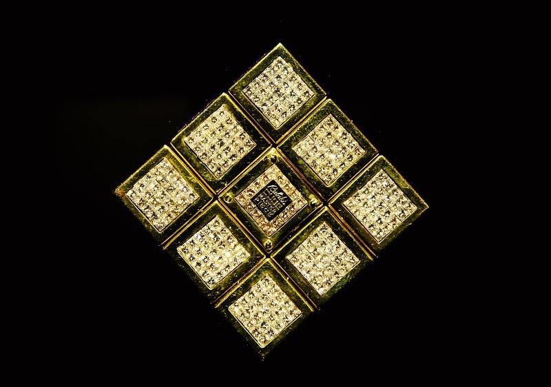 Фото фронтальной части золотого кубика Рубика