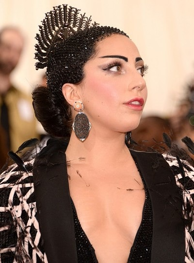 Леди Гага в нефритовых серьгах от Fred Leighton