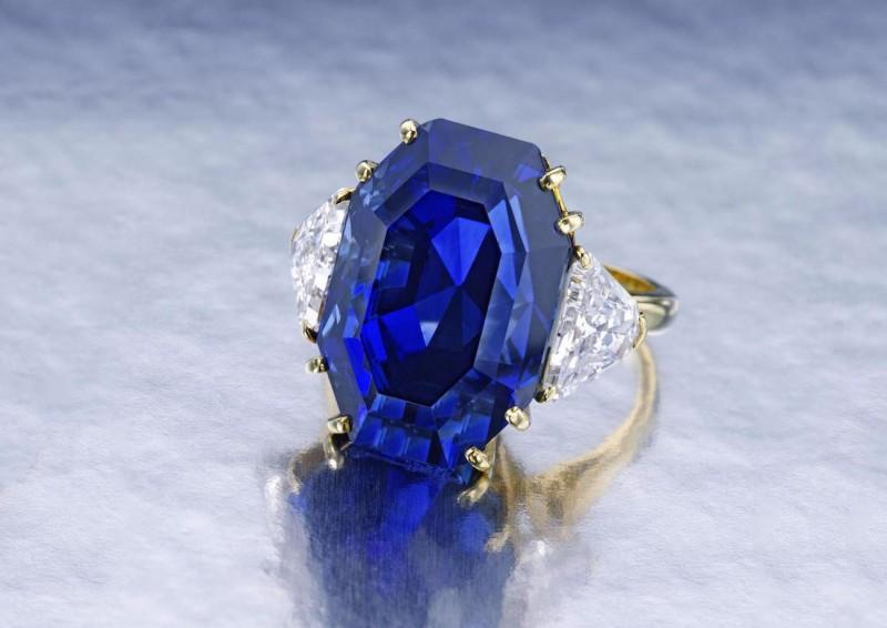 Кольцо с сапфиром весом 25 карат и двумя треугольными бриллиантами