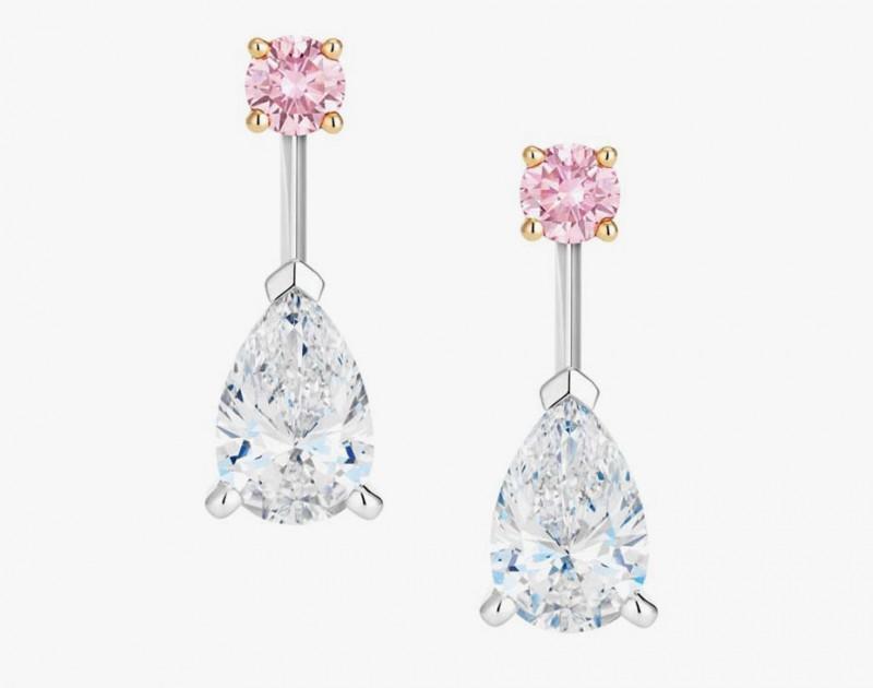 Серьги из коллекции Drops of Light с отстегивающимися грушеобразными бриллиантовыми подвесками, что позволяет носить отдельно пусеты с круглыми розовыми