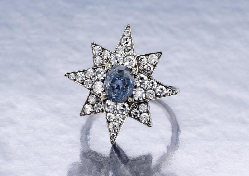 Кольцо со звездой и ярко-синим бриллиантом в центре
