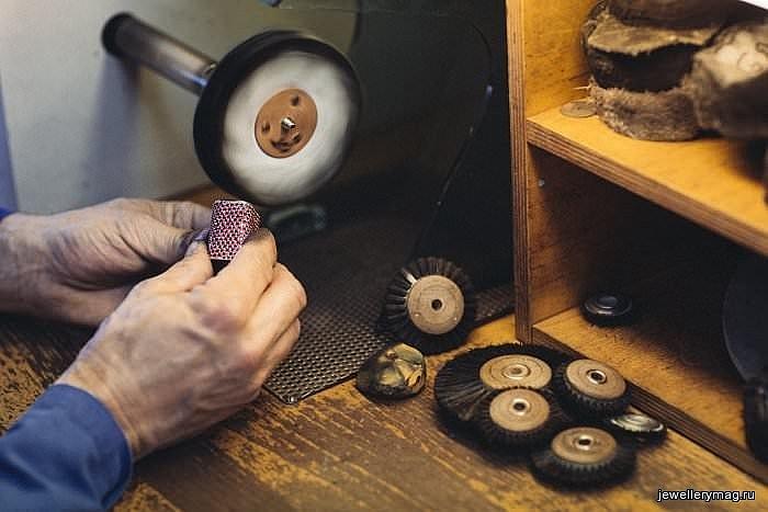 Chopard L'Oreal Paris Color Riche Making of gold polish