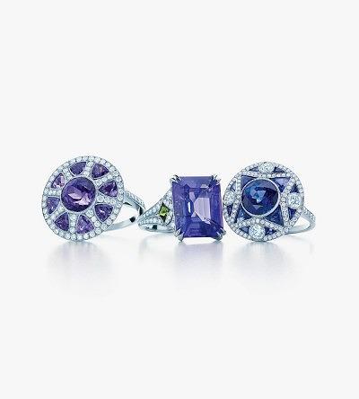 Кольца арт-деко из платины с бриллиантами. Слева направо: круглое кольцо с танзанитами; кольцо с танзанитом изумрудной огранки и тсаворитами; круглое кольцо с сапфирами.