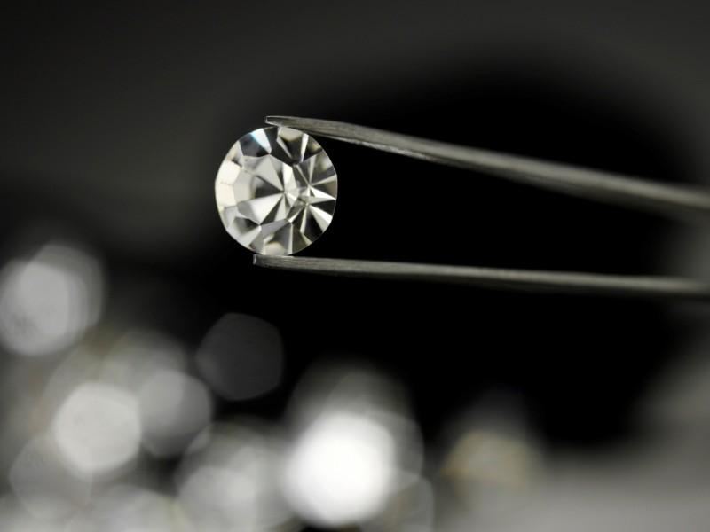 Фото бриллианта в пинцете