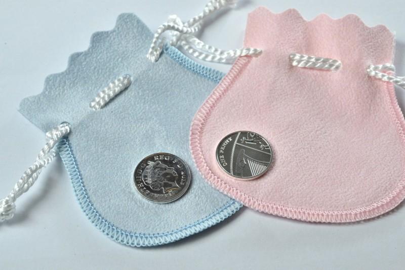 Серебряные монеты номиналом 1 пенни, которые будут подарены всем детям, родившимся в один день с принцессой Шарлоттой