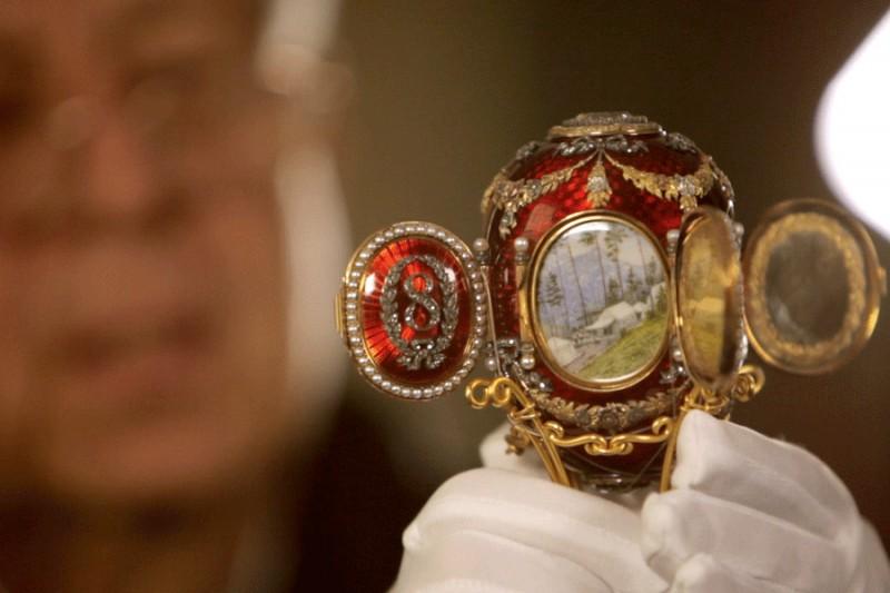Яйцо Фаберже «Кавказское», 1893 год. Яйцо, украшенное жемчугом, бриллиантами и красной эмалью, было сделано по заказу императора Александра III, который подарил его своей жене, императрице Марии Федоровне.