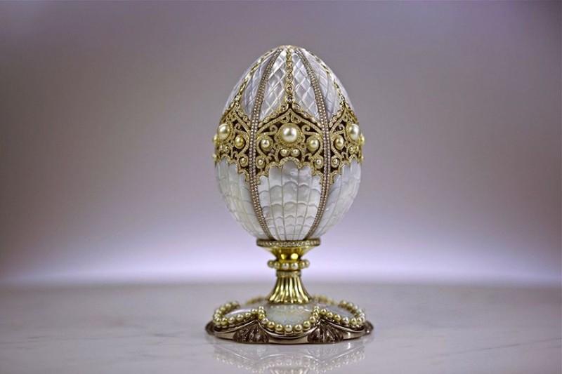 Императорское яйцо Фаберже 2015 года, получившее название Fabergé Pearl Egg и украшенное 139 жемчужинами и 3305 бриллиантами.