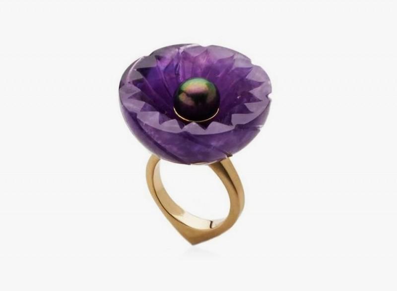Кольцо с аметистовой чашей и таитянской жемчужиной от Флоры Бхачаттари.