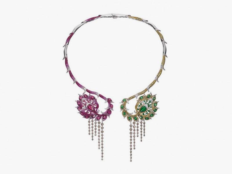 Колье-воротник от Wendy Yue с бриллиантами цвета шампань, тсаворитами, рубеллитами, розовыми сапфирами, рубинами, бесцветными и золотыми бриллиантами.