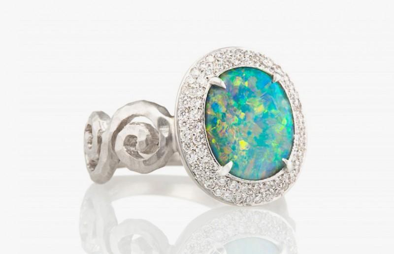 Кольцо из белого золота с опалом и бриллиантами, $ 15 400