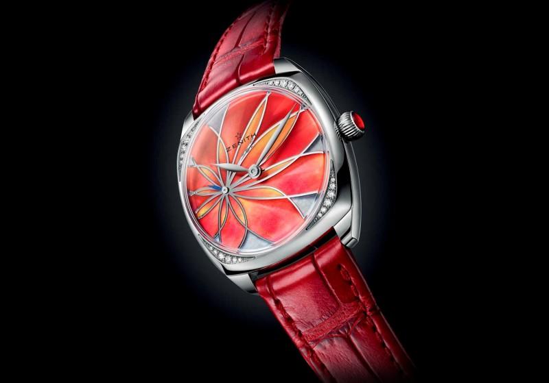 Часы Zenith Star с яркими лепестками на перламутровом циферблате и бриллиантами по углам корпуса