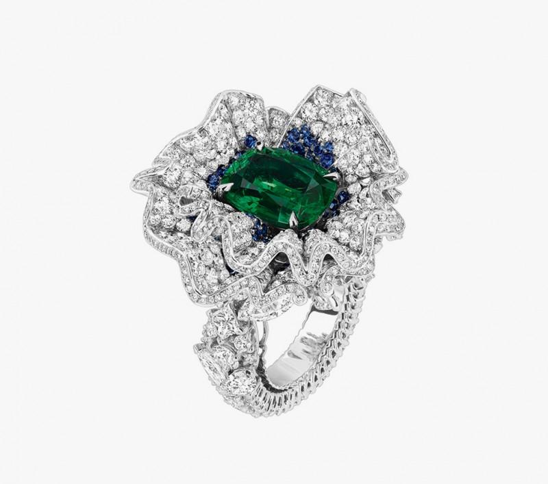Кольцо с сапфирами, изумрудами и бриллиантами из коллекции Soie Dior