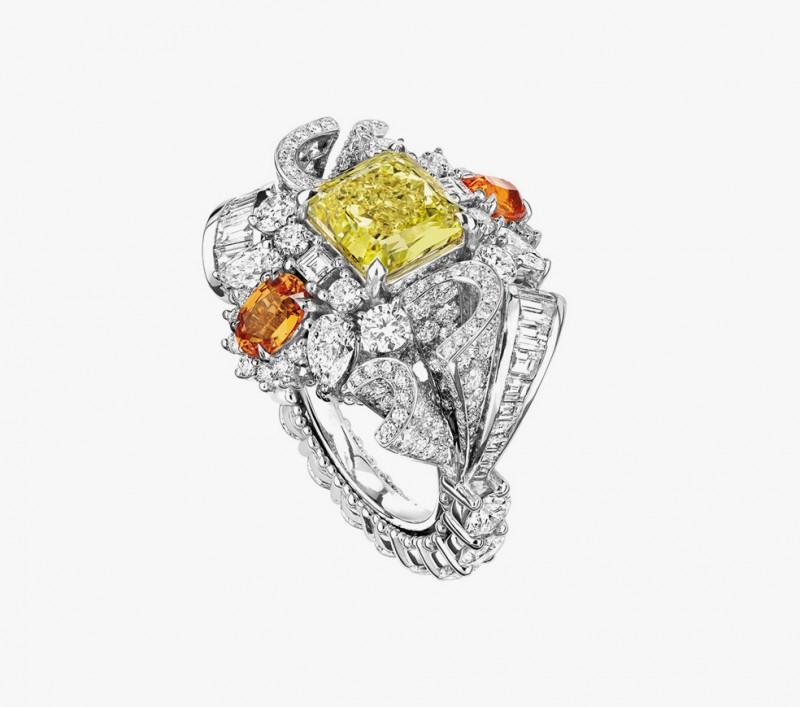 Кольцо с желтыми и бесцветными бриллиантами из коллекции Soie Dior
