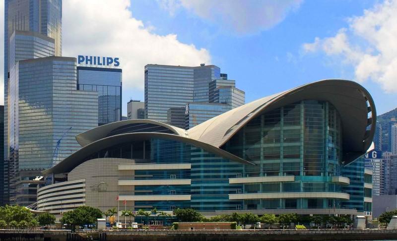 Здание гонконгского выставочного центра Convention and Exhibition Centre, где проходила выставка Hong Kong Jewellery & Gem Fair