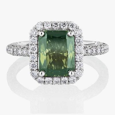 Кольцо Aura от De Beers с фантазийным желтовато-зеленым бриллиантом в окружении бесцветных бриллиантов
