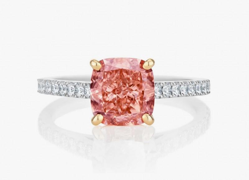 Обручальное кольцо с ярким розово-оранжевым бриллиантом в центре из коллекции 1888 Master Diamonds