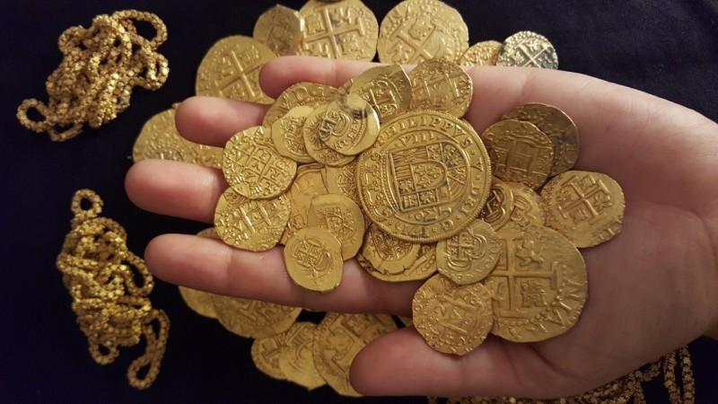 Испанские золотые монеты и цепочки — общая стоимость клада составила порядка 1000000 долларов