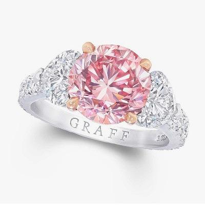 Кольцо от Graff Diamonds с ярким сиренево-розовым бриллиантом