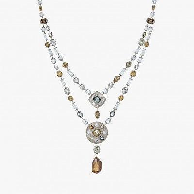 Колье Talisman с исключительным набором разноцветных алмазов и бриллиантов разной огранки, центром которого стал редкий крупный алмаз весом 13,79 карата