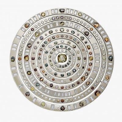 Уникальное изделие из коллекции Talisman—Wondrous Sphere. Плоский диск трансформируется в трехмерную фигуру, украшенную алмазами и бриллиантами с центральным камнем весом 13,17 карата