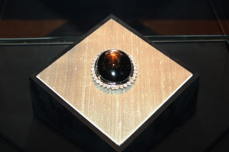 Самый большой в мире звездчатый сапфир Black Star of Queensland в Королевском музее Онтарио. Фото: greyloch