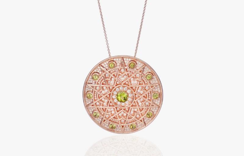 Кулон из розового золота с оливинами и бесцветными бриллиантами.