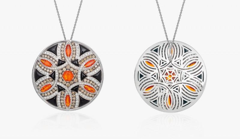 Кулон из белого золота с огненными опалами, окружёнными бриллиантами коньячного оттенка, бесцветными бриллиантами и ониксами.