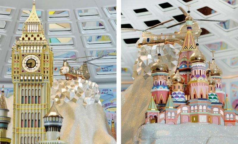 Гору украшают различные мировые достопримечательности, в том числе Биг-Бен и Собор Василия Блаженного