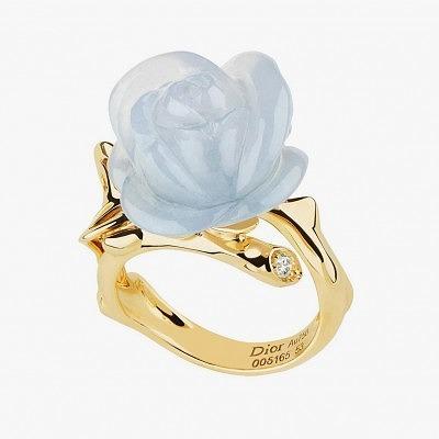 Кольцо Rose Dior Pré Catalan с бриллиантом и розой из халцедона