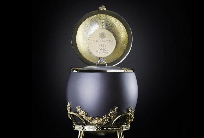 Футляр в форме яйца прячет в себе не только духи, но и кольцо с голубым бриллиантом