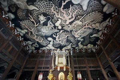 Потолок в зале Дхармы, украшенный изображением двух драконов
