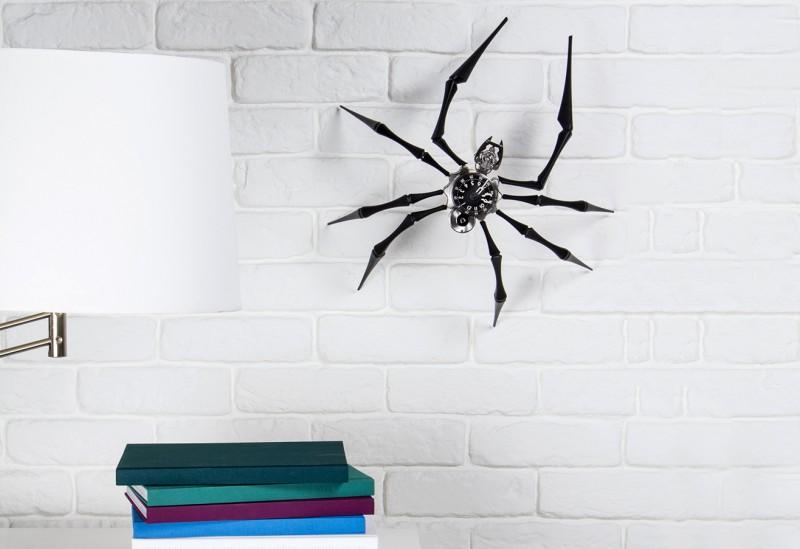 Arachnophobia можно прикрепить на стену: в таком виде огромный паук производить еще большее впечатление
