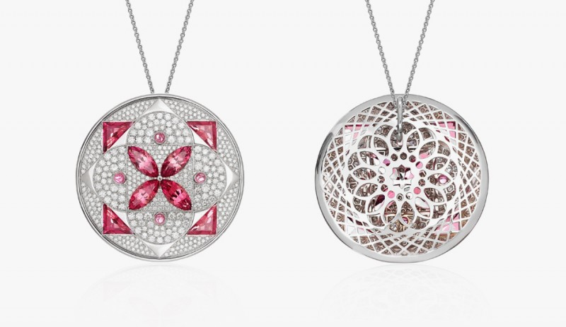 Кулон из белого золота с розовыми турмалинами, окружёнными сверкающим паве из бриллиантов.