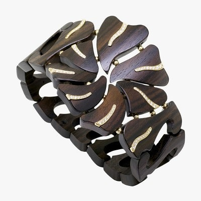 Деревянный браслет от Qayten со вставками из золота и бриллиантов