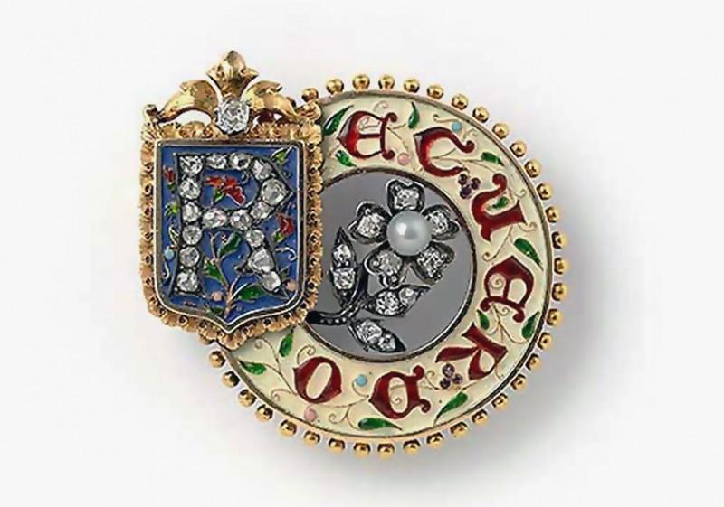 Брошь из золота, украшенная эмалью и драгоценными камнями от Lucien Falize. Надпись «Recuerdo»означает «воспоминание», цветок анютины глазки означает «мысли».Париж, приблизительно 1880 год.