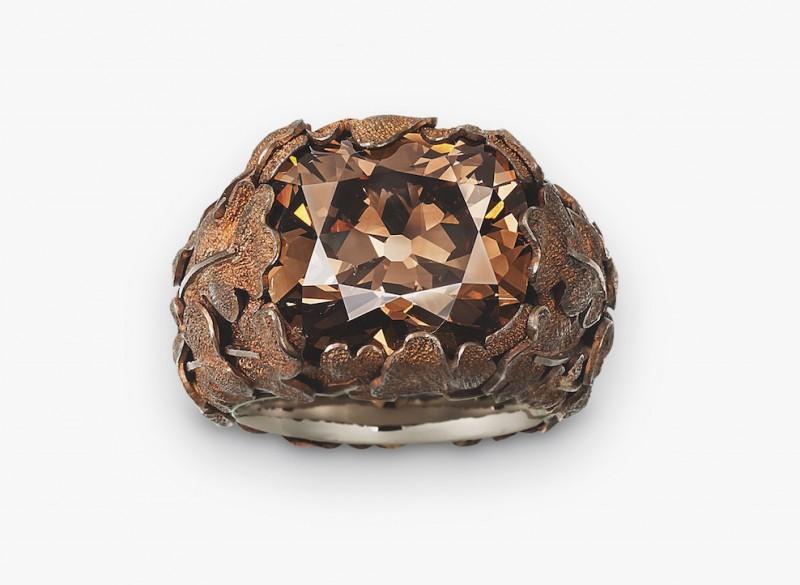 Кольцо с коричневым бриллиантом, покоящимся в объятиях из медных листьев.