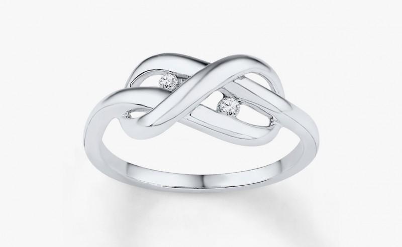 Серебряное кольцо с бриллиантами, украшенное «узлом вечности». Фото: www.jared.com